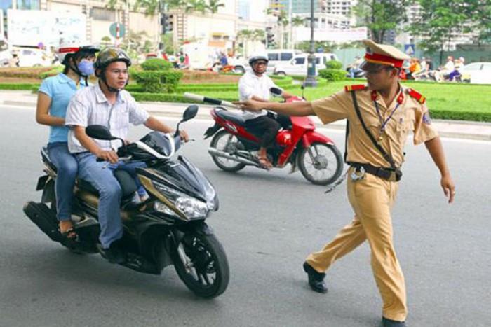Vi phạm giao thông bị giữ giấy phép lái xe có được phép lái xe ra đường?-1