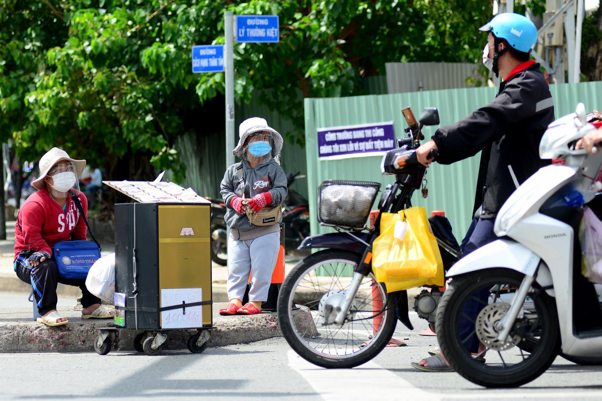 Cặp vợ chồng tí hon ở Sài Gòn bán vé số mùa dịch để nuôi nghiệp thể thao-2