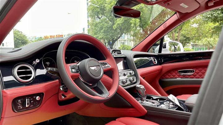 Bentley Bentayga V8 2021 với nội thất màu đặc biệt tại Việt Nam-13