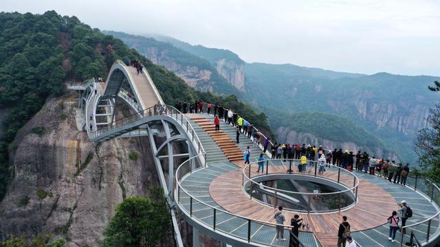 Cầu uốn lượn giữa 2 vách núi cao 140 m ở Trung Quốc gây bão mạng xã hội-7