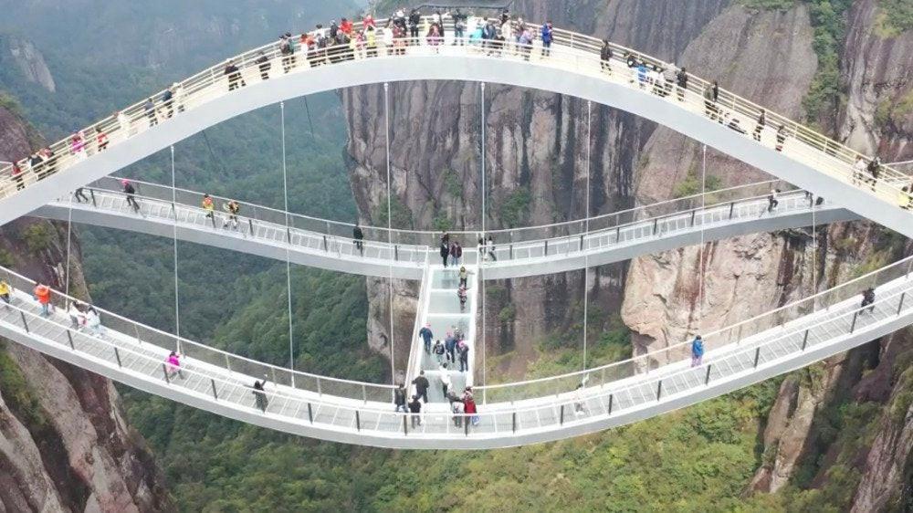 Cầu uốn lượn giữa 2 vách núi cao 140 m ở Trung Quốc gây bão mạng xã hội-3