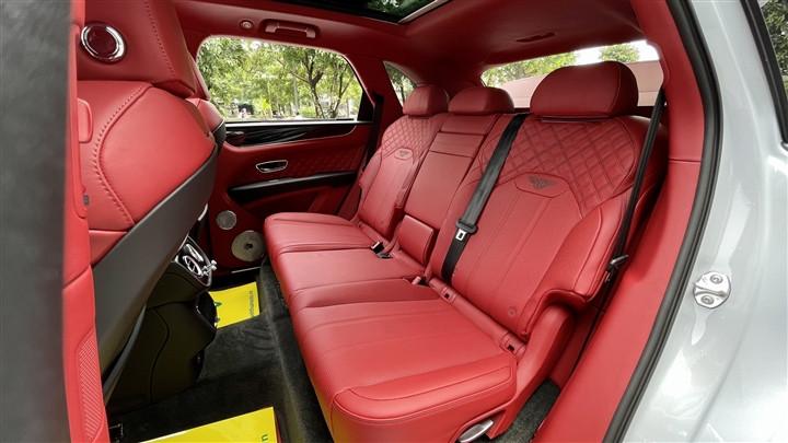 Bentley Bentayga V8 2021 với nội thất màu đặc biệt tại Việt Nam-16