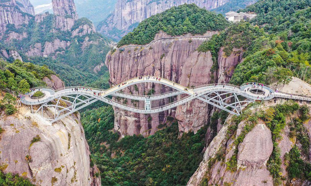 Cầu uốn lượn giữa 2 vách núi cao 140 m ở Trung Quốc gây bão mạng xã hội-1