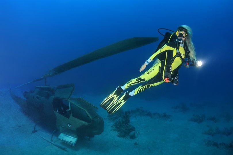 Du khách bơi, lặn ngắm bảo tàng quân sự có một không hai trên thế giới-4