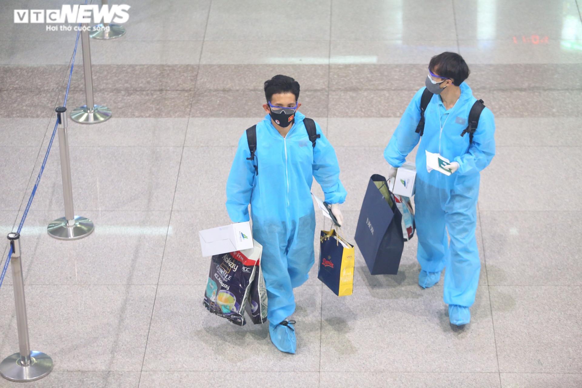Những hình ảnh đầu tiên của Đội tuyển Việt Nam tại sân bay Tân Sơn Nhất - 3
