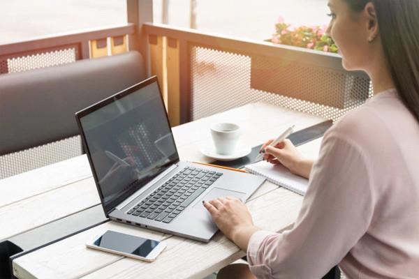 Người phụ nữ phát hiện bị đột quỵ khi nhìn vào màn hình máy tính-1