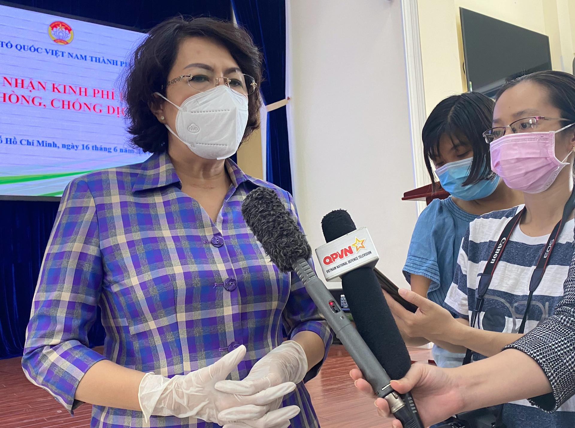 Dân Sài Gòn, người bán cây kiểng, nhà đập heo đất ủng hộ tiền mua vắc xin-2