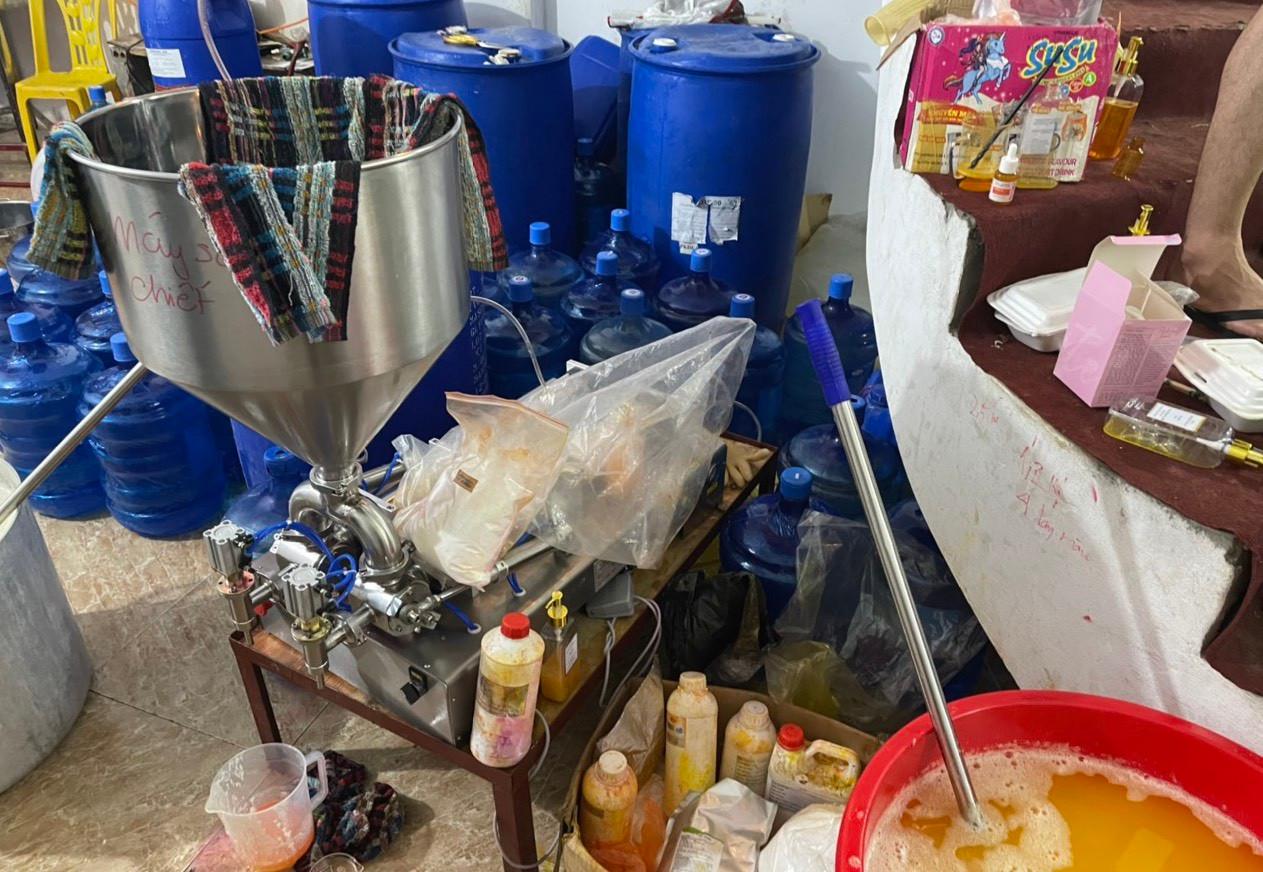 Cận cảnh xưởng sản xuất mỹ phẩm, nước hoa Chanel đựng trong xô chậu-3