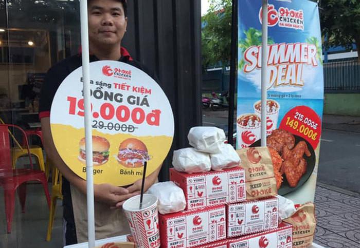 Tràn xuống đường, đại gia Mỹ nhặt tiền lẻ vỉa hè Sài Gòn-2