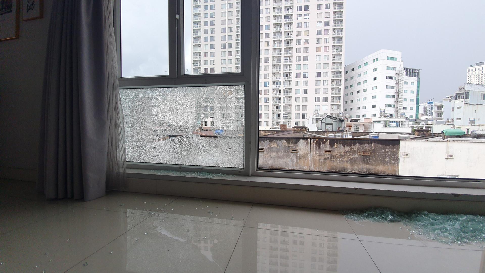 Công an vào cuộc vụ nhà dân ở quận 1 liên tục bị bắn vỡ cửa kính-1