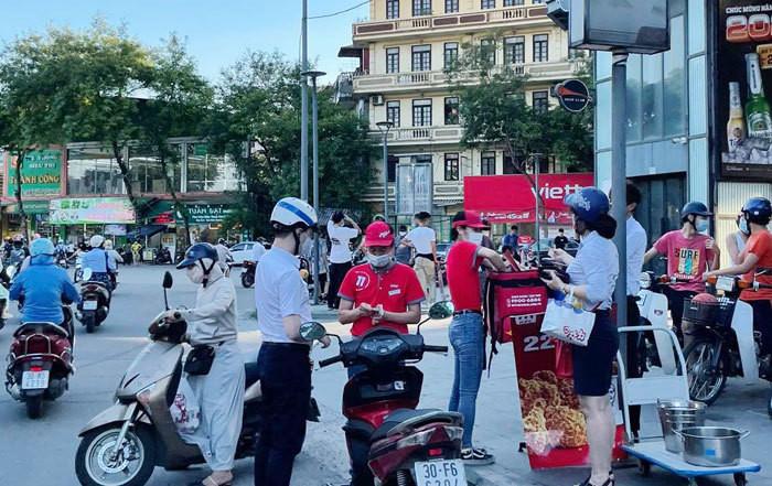 Tràn xuống đường, đại gia Mỹ nhặt tiền lẻ vỉa hè Sài Gòn-1