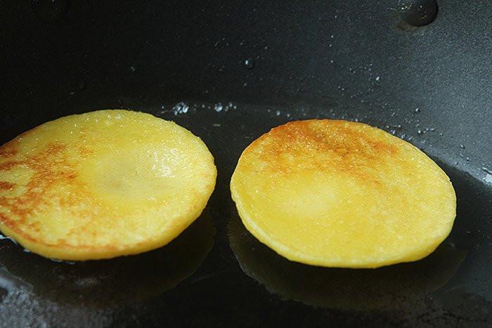 Thừa 2 bắp ngô không biết làm gì, vợ nhanh tay chế thành món ăn sáng cả nhà mê mẩn-6