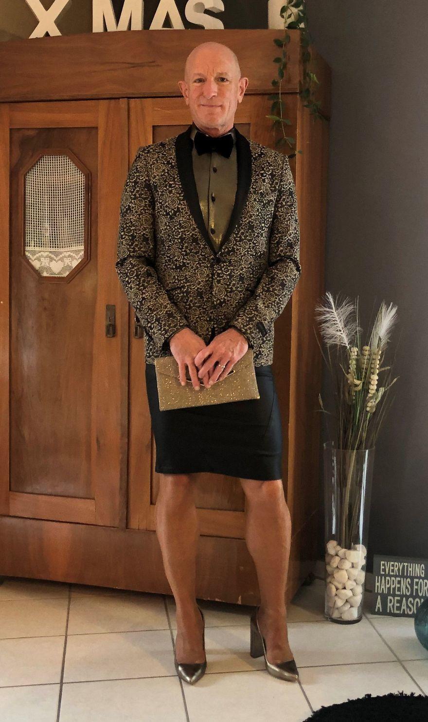Người mẫu nam 62 tuổi chuyên mặc váy, đi cao gót đi làm-11