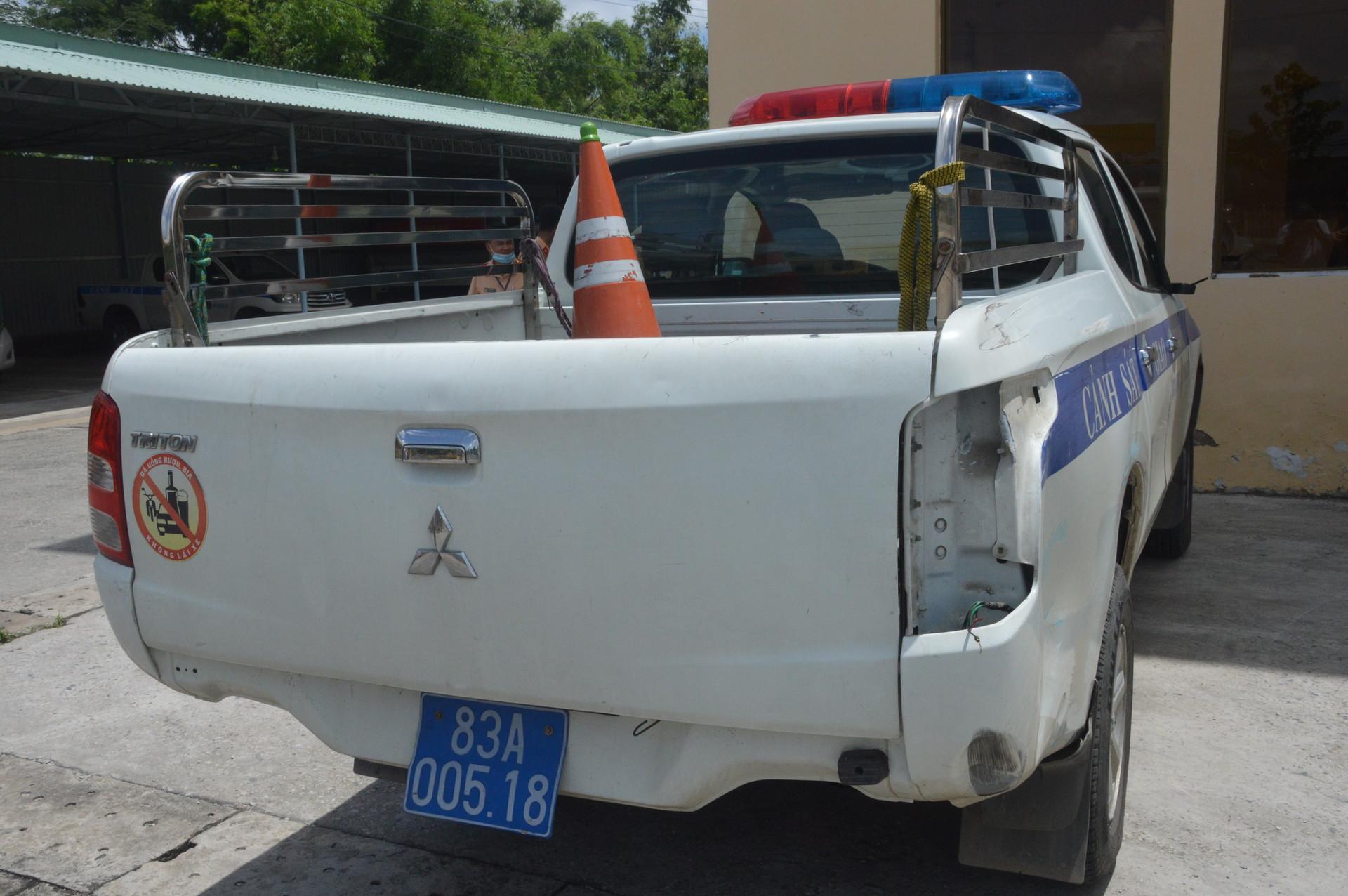 Tài xế thông chốt kiểm soát dịch, công an dùng nhiều xe ô tô chốt chặn-3