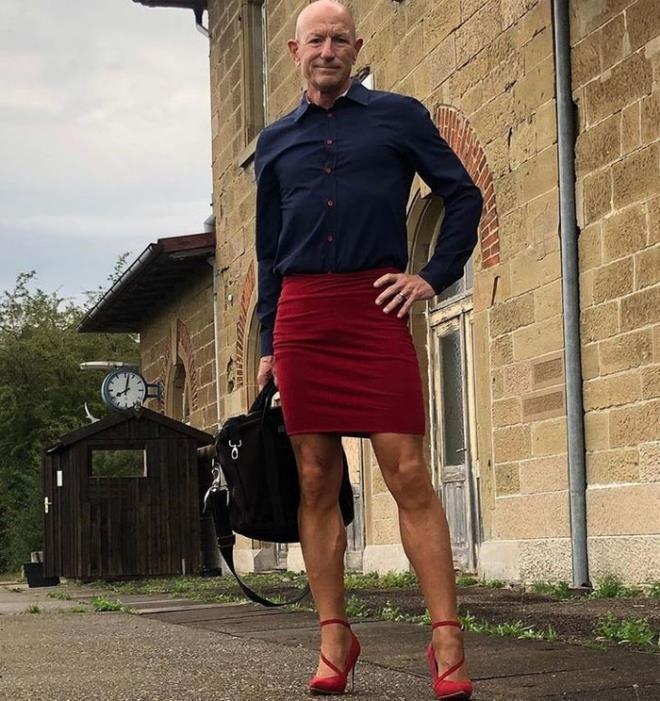 Người mẫu nam 62 tuổi chuyên mặc váy, đi cao gót đi làm-5