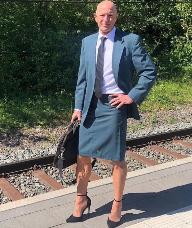 Người mẫu nam 62 tuổi chuyên mặc váy, đi cao gót đi làm-3