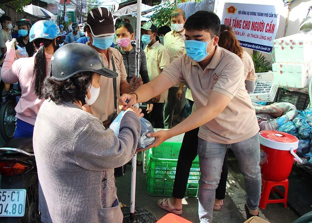 Phiên chợ đặc biệt ở Cần Thơ, người nghèo đến chợ mà lòng rưng rưng-4