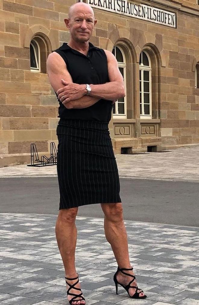 Người mẫu nam 62 tuổi chuyên mặc váy, đi cao gót đi làm-10