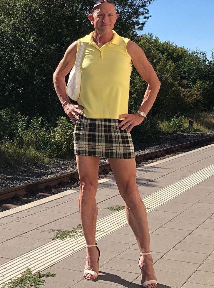 Người mẫu nam 62 tuổi chuyên mặc váy, đi cao gót đi làm-4
