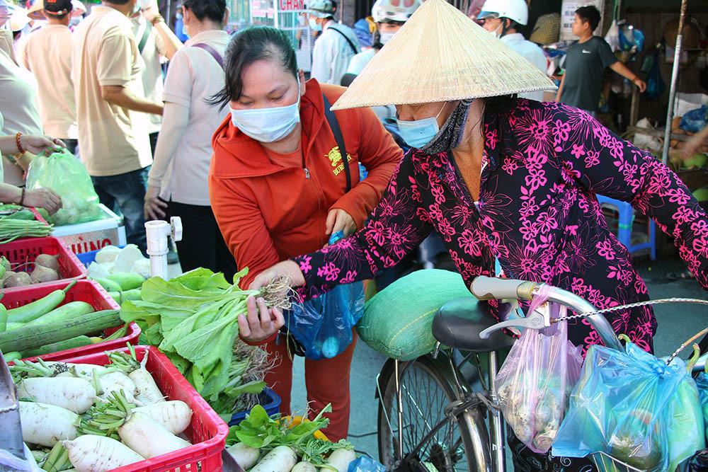 Phiên chợ đặc biệt ở Cần Thơ, người nghèo đến chợ mà lòng rưng rưng-2
