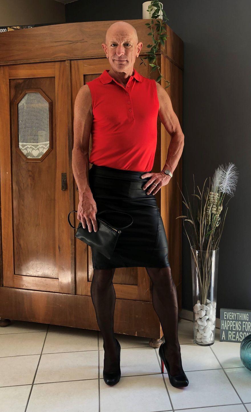 Người mẫu nam 62 tuổi chuyên mặc váy, đi cao gót đi làm-8