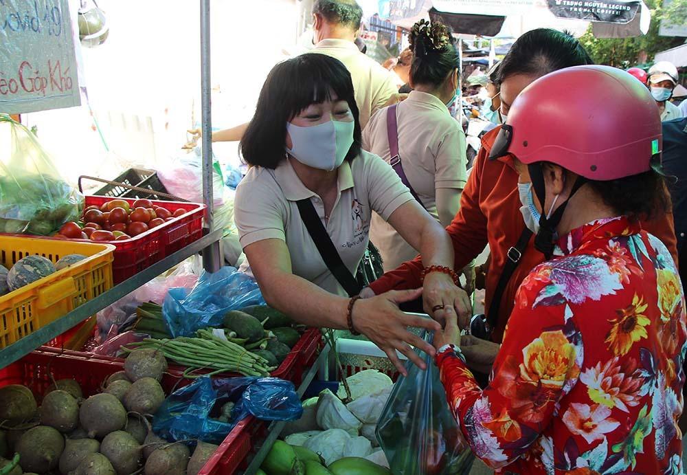 Phiên chợ đặc biệt ở Cần Thơ, người nghèo đến chợ mà lòng rưng rưng-3