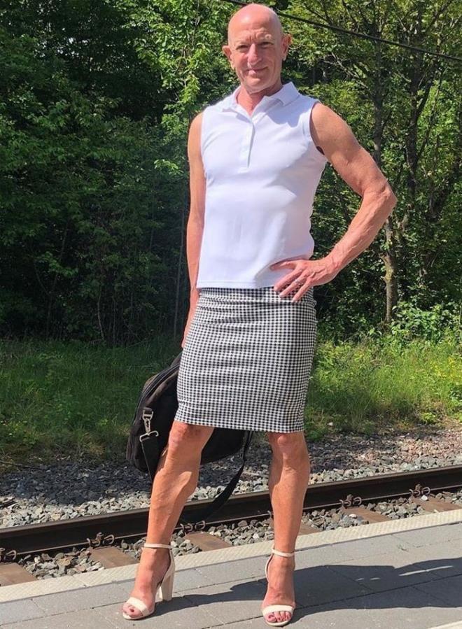Người mẫu nam 62 tuổi chuyên mặc váy, đi cao gót đi làm-1