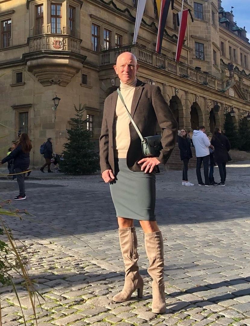 Người mẫu nam 62 tuổi chuyên mặc váy, đi cao gót đi làm-14