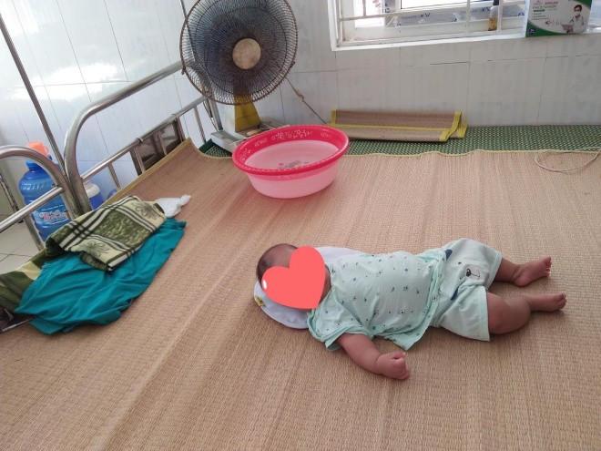 Nghẹn lòng bé trai chưa đầy 1 tuổi vào khu cách ly cùng bà, CĐM thương: Nắng nóng, khổ quá!-5