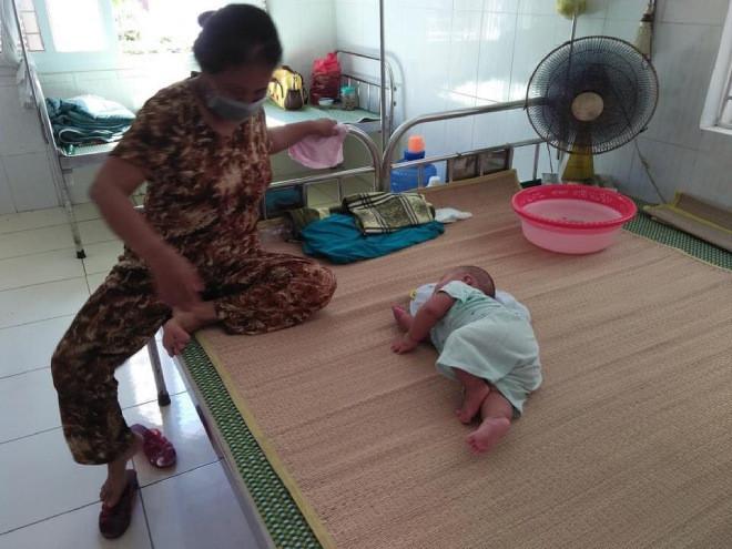 Nghẹn lòng bé trai chưa đầy 1 tuổi vào khu cách ly cùng bà, CĐM thương: Nắng nóng, khổ quá!-3