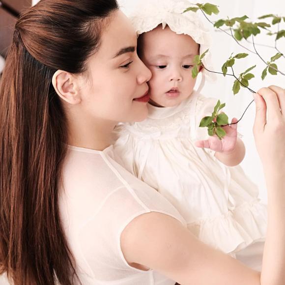 Sao Việt 19/6; Con gái 7 tháng tuổi xinh và điệu của Hà Hồ - Kim Lý-1