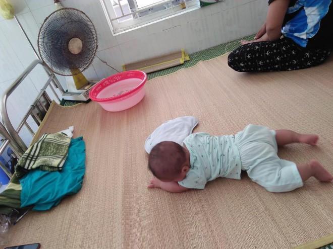 Nghẹn lòng bé trai chưa đầy 1 tuổi vào khu cách ly cùng bà, CĐM thương: Nắng nóng, khổ quá!-4