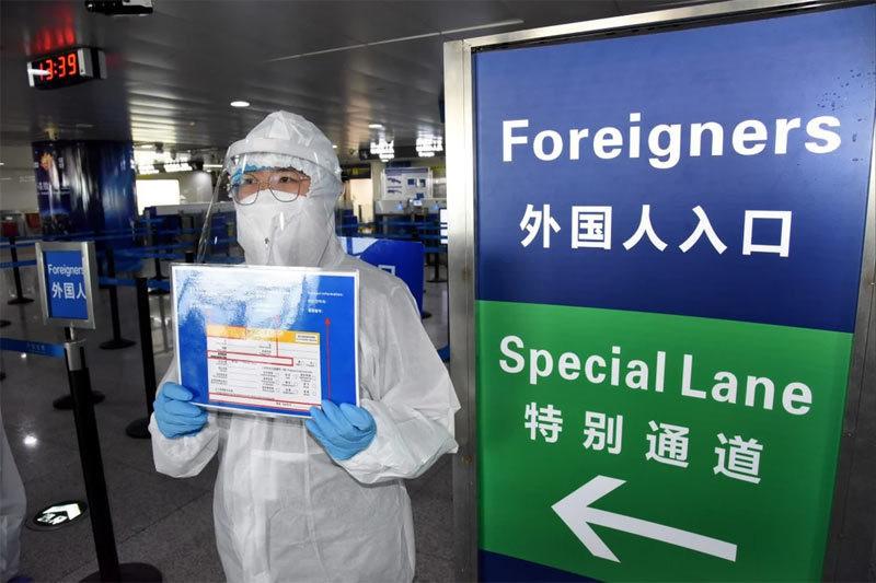 Nhân viên vệ sinh Trung Quốc đốt nhầm hộ chiếu 31 người Hàn-1