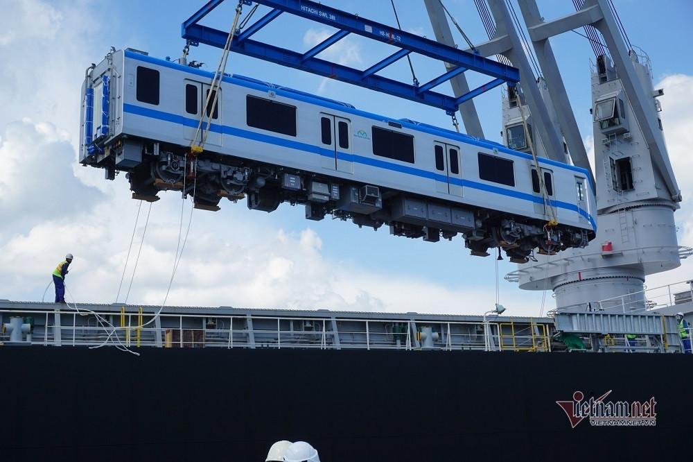 Thêm hai đoàn tàu metro Bến Thành- Suối Tiên tiếp tục cập cảng ở TP.HCM-2