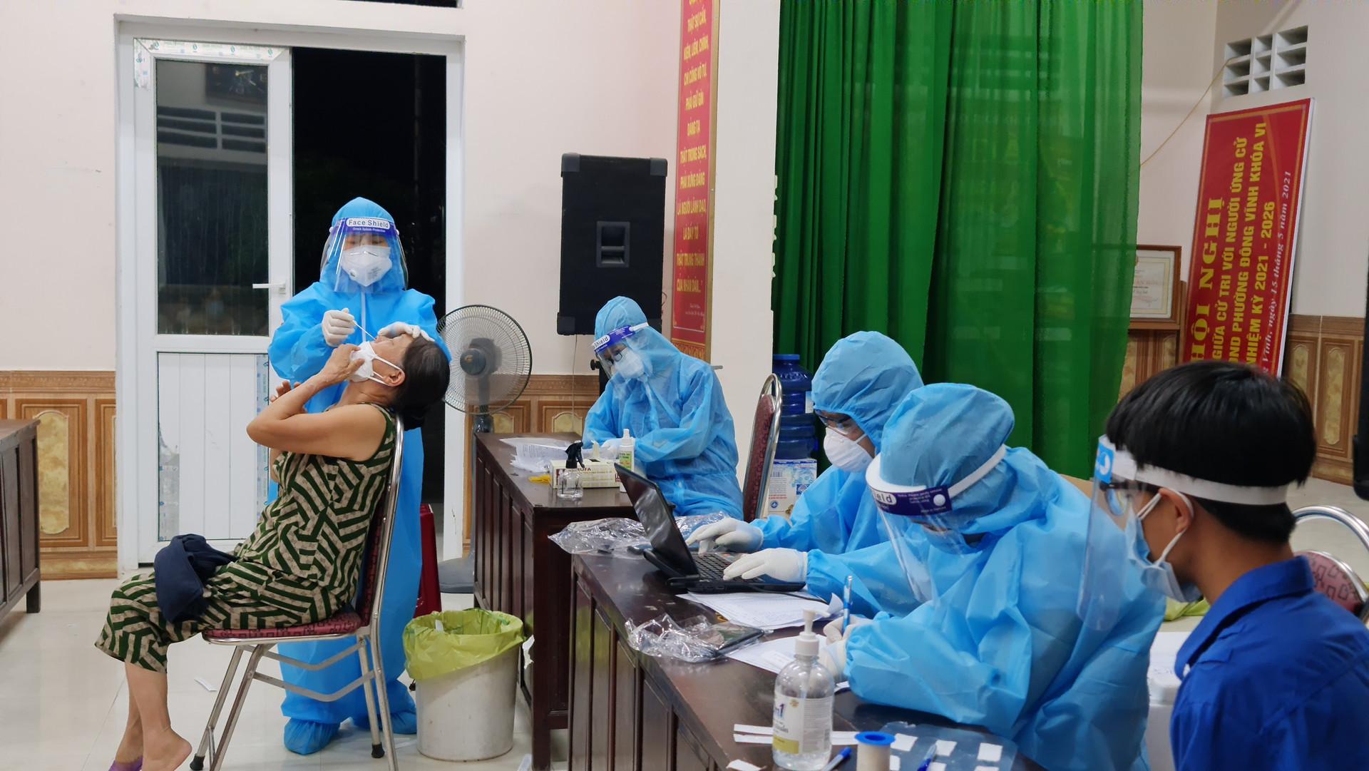 Nghệ An: Thấy sốt, 2 vợ chồng đến viện test nhanh dương tính SARS-CoV-2-2