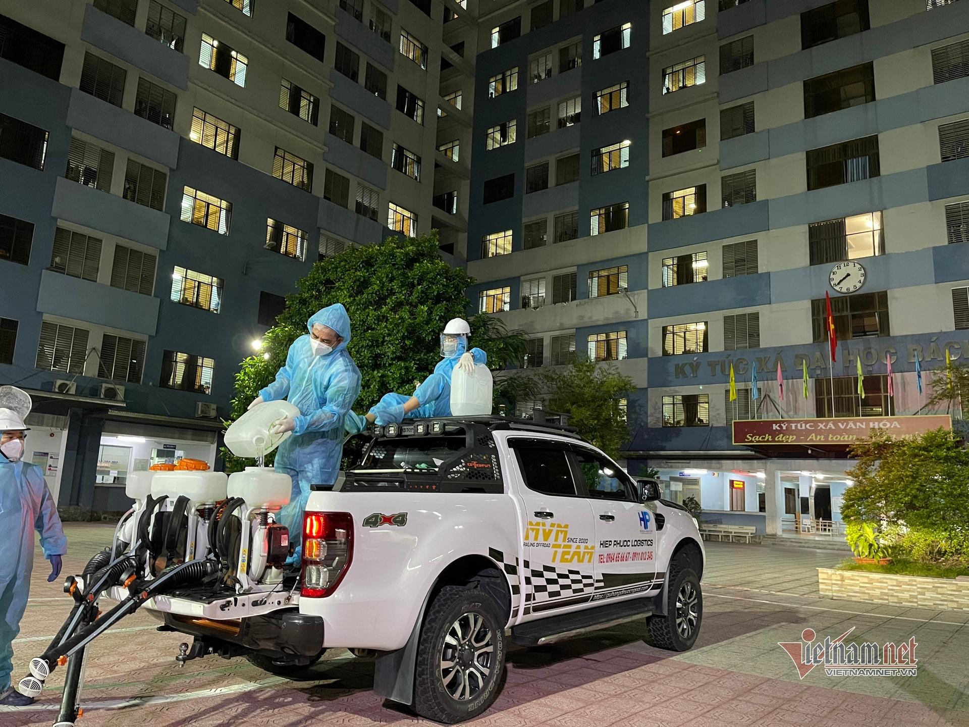 Dân chơi bán tải tình nguyện lái xe phun khử khuẩn khắp phố vào nửa đêm-1