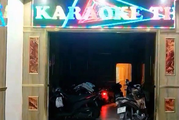 Chủ quán karaoke để 2 nữ tiếp viên khỏa thân phục vụ dân chơi đã bỏ trốn-1