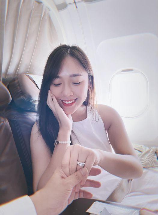 Nữ BTV VTV vừa được cầu hôn trên máy bay: Từng tặng hoa Tổng thống Trump-5