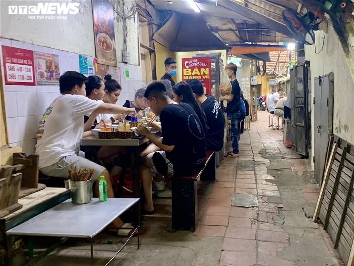 Quán bún, phở Hà Nội đông chật khách trong buổi sáng đầu tiên mở cửa trở lại-3