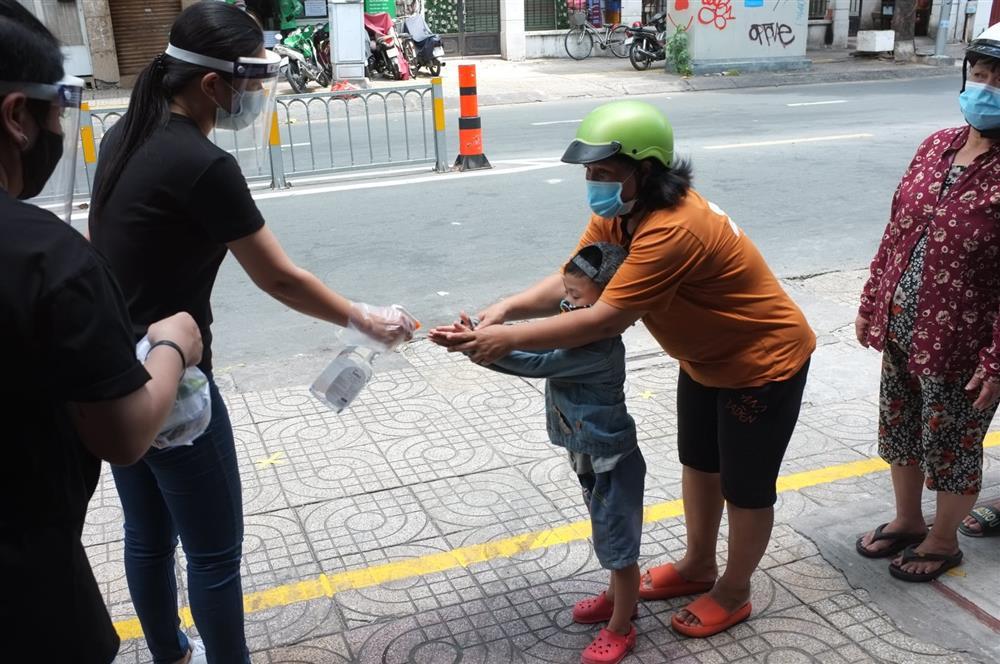 Hàng nghìn xuất cơm gà được phát miễn phí giữa lòng Sài Gòn-4