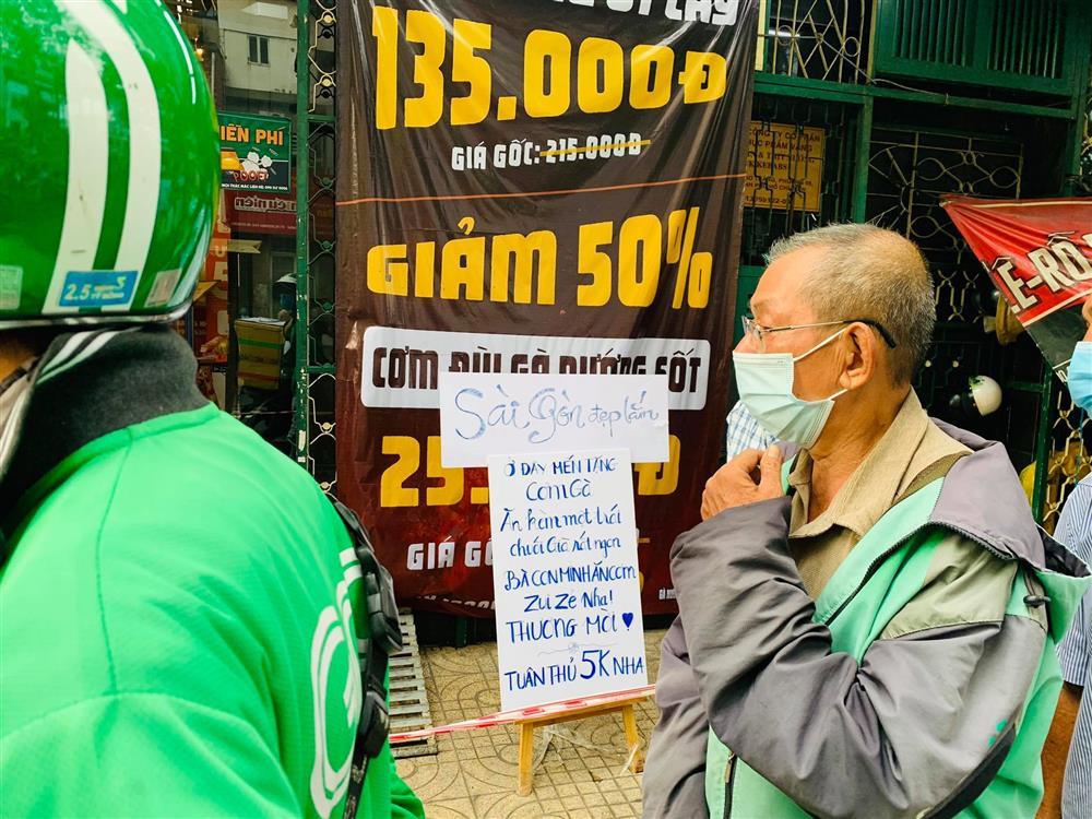 Hàng nghìn xuất cơm gà được phát miễn phí giữa lòng Sài Gòn-6