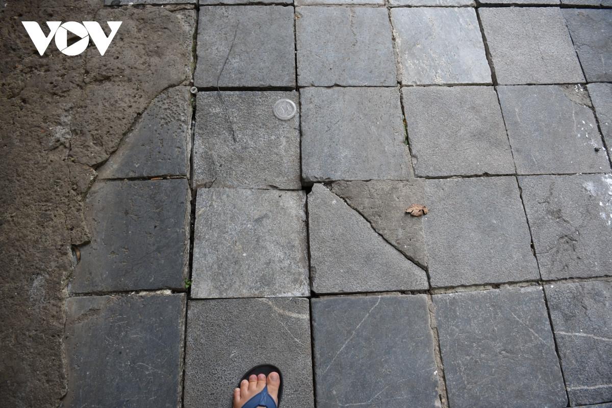 Covid-19 làm...lộ vỉa hè Hà Nội lát đá tự nhiên vỡ nát, sụt lún-8