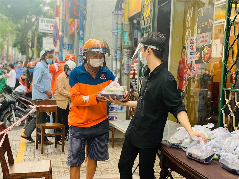 Hàng nghìn xuất cơm gà được phát miễn phí giữa lòng Sài Gòn-8