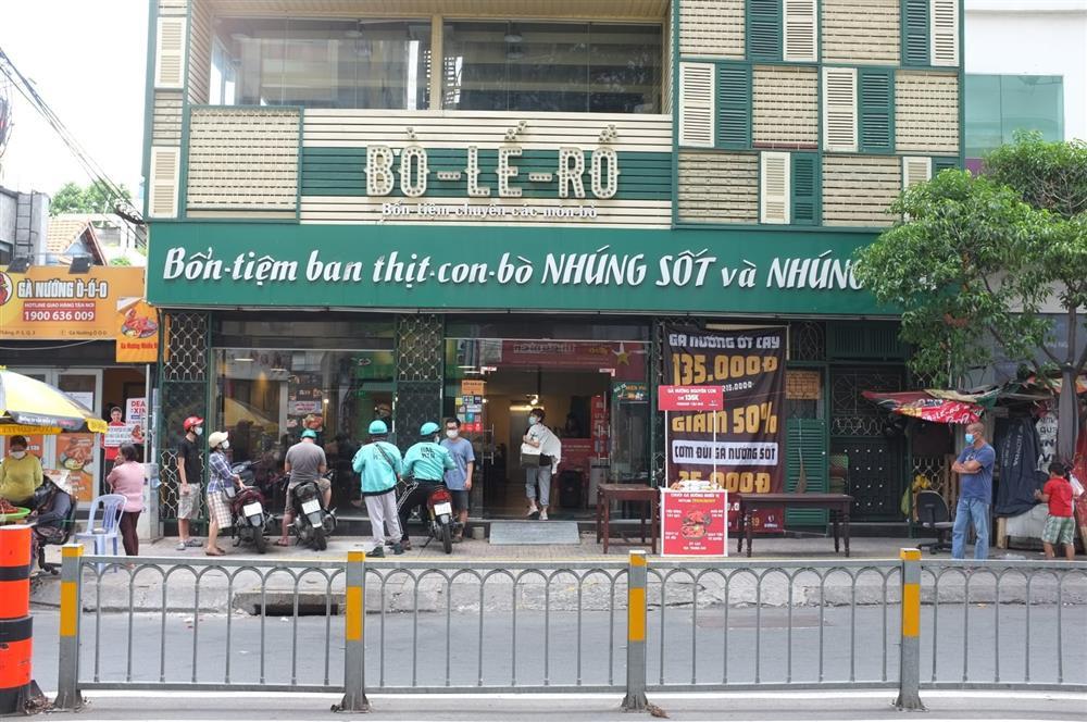 Hàng nghìn xuất cơm gà được phát miễn phí giữa lòng Sài Gòn-2