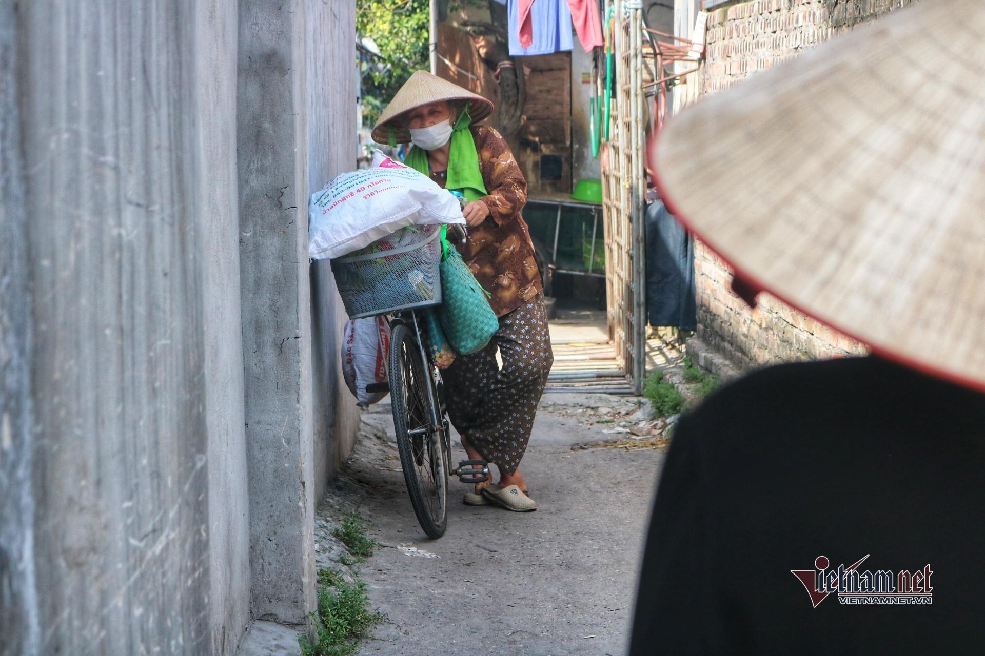 Người già lay lắt trong nắng nóng đỉnh điểm ở xóm lao động nghèo Hà Nội-9