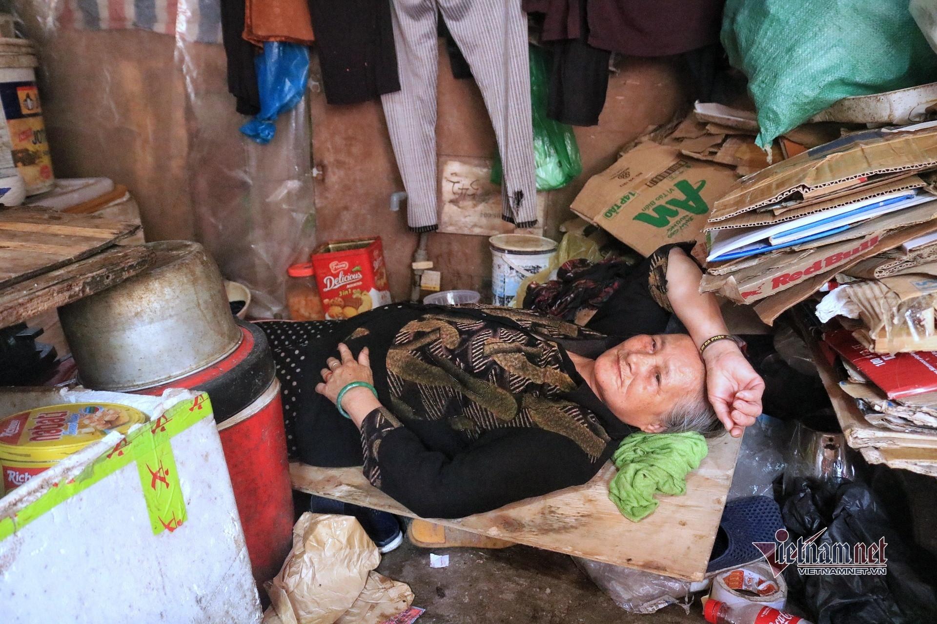 Người già lay lắt trong nắng nóng đỉnh điểm ở xóm lao động nghèo Hà Nội-2
