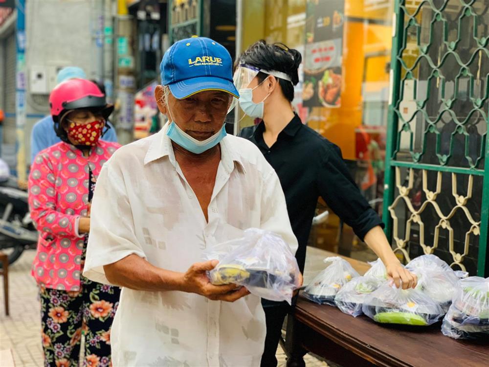 Hàng nghìn xuất cơm gà được phát miễn phí giữa lòng Sài Gòn-9