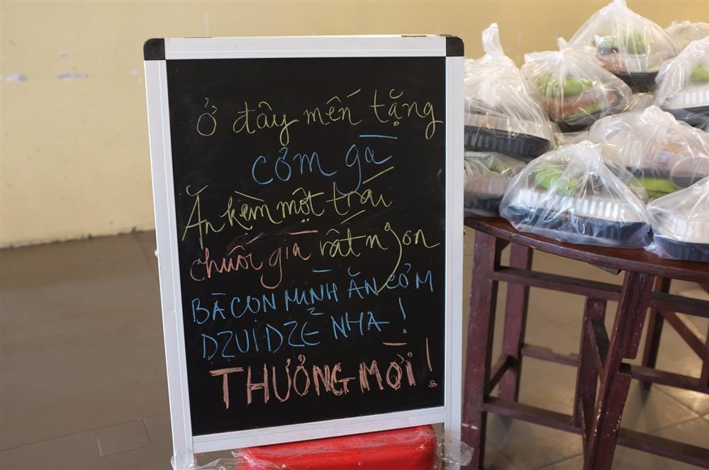 Hàng nghìn xuất cơm gà được phát miễn phí giữa lòng Sài Gòn-1
