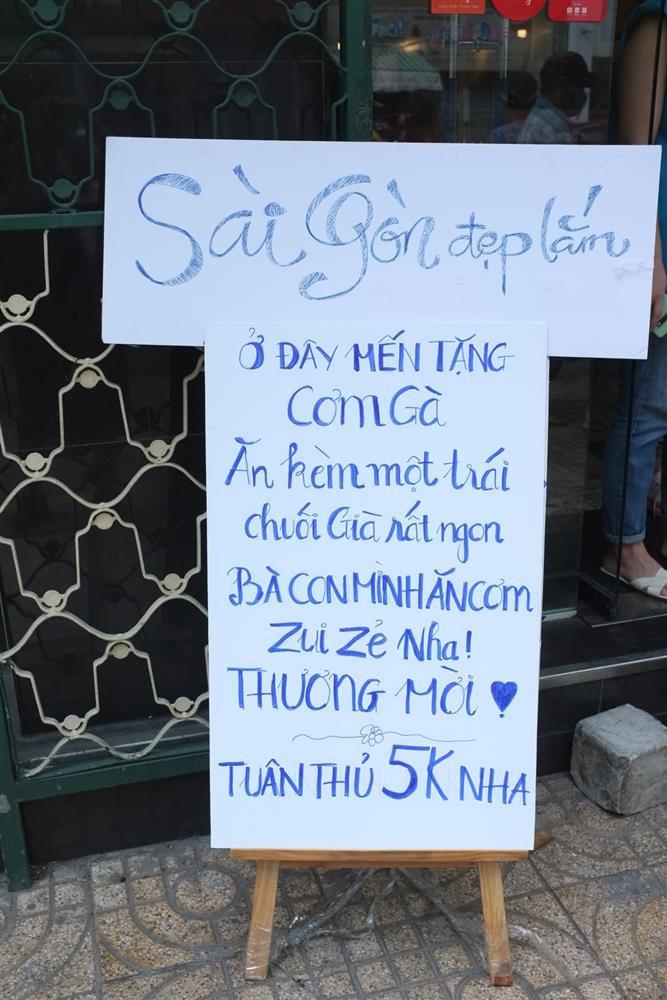 Hàng nghìn xuất cơm gà được phát miễn phí giữa lòng Sài Gòn-5