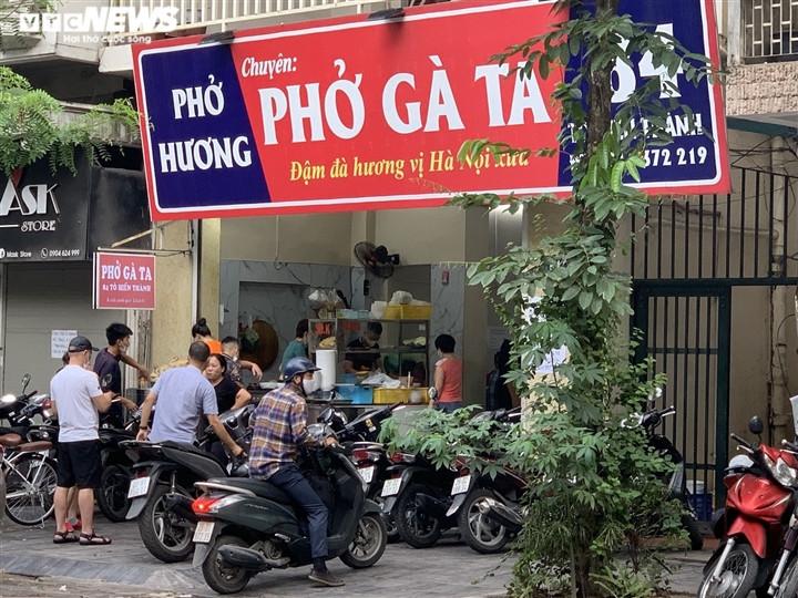Quán bún, phở Hà Nội đông chật khách trong buổi sáng đầu tiên mở cửa trở lại-6